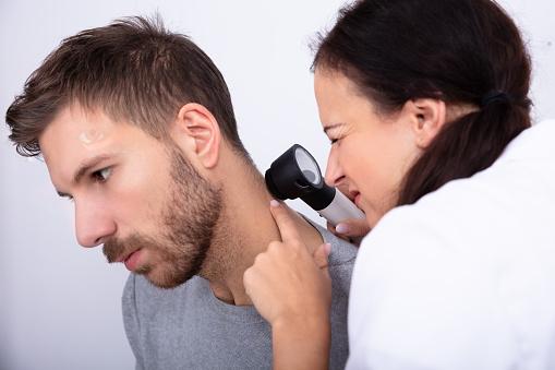Melanomul localizat deasupra gâtului prezintă risc mai mare de diseminare decât cel localizat inferior