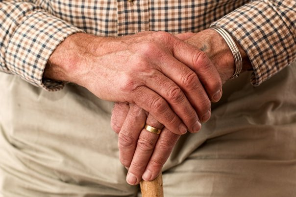 Tratament oncologic personalizat pentru pacienții în vârstă: consultarea medicului geriatru crește calitatea vieții