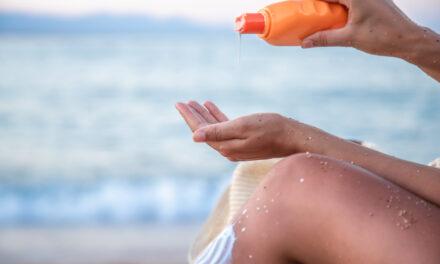 Produsele de protecție solară care conțin octocrilen acumulează în timp o substanță cancerigenă