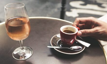 Consumul de alcool crește riscul apariției mai multor tipuri de cancer, în timp ce cafeaua protejează împotriva cancerului de ficat și de piele